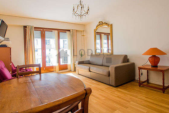 Living room of 16m² with its wooden floor