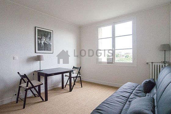 Séjour calme équipé de 1 canapé(s) lit(s) de 140cm, téléviseur, commode, 2 chaise(s)
