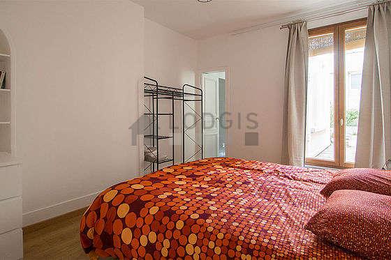 Chambre équipée de commode, placard, table de chevet