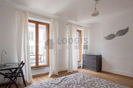 Chambre lumineuse équipée de bureau, armoire, commode, 1 chaise(s)