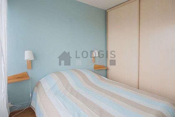 Chambre très lumineuse équipée de armoire, table de chevet