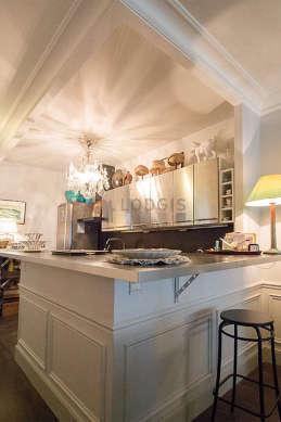 Belle cuisine de 6m² avec du parquet au sol