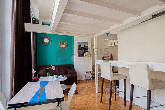 Séjour très calme équipé de 1 canapé(s) lit(s) de 140cm, téléviseur, 5 chaise(s)