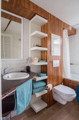 Belle salle de bain claire avec fenêtres double vitrage et du parquet au sol