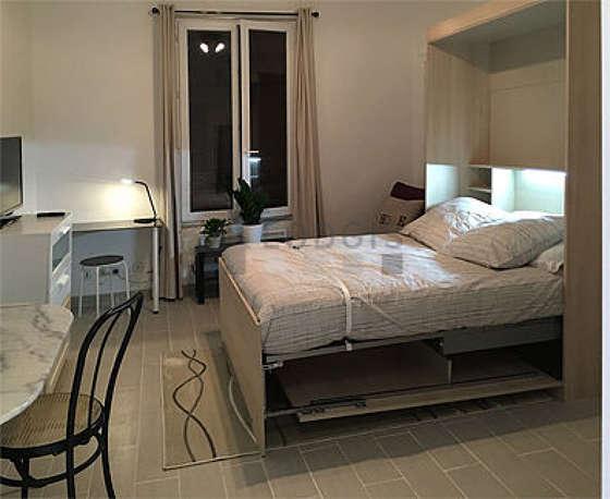 Séjour très calme équipé de 1 lit(s) armoire de 140cm, téléviseur, commode, placard