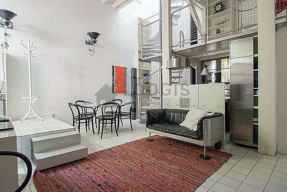 Séjour calme équipé de téléviseur, chaine hifi, 2 fauteuil(s), 6 chaise(s)