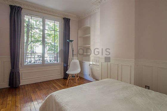 Chambre très lumineuse équipée de bureau, armoire