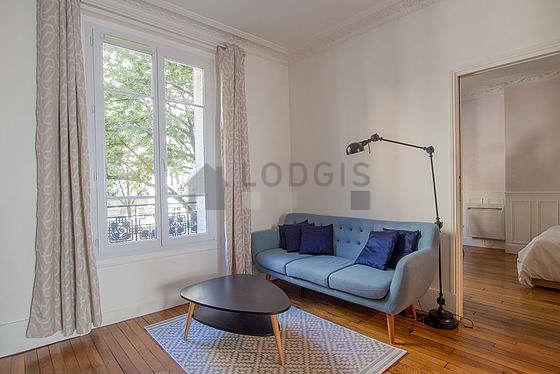 Séjour très calme équipé de canapé, table basse, commode, 2 chaise(s)