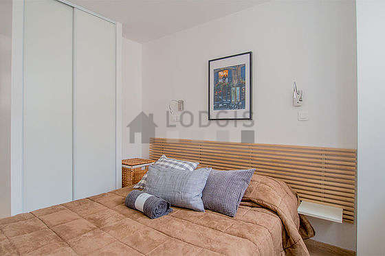 Bedroom of 8m² with wooden floor