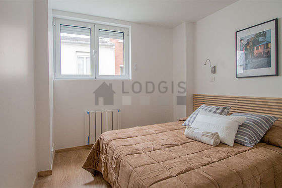 Bedroom of 7m² with wooden floor