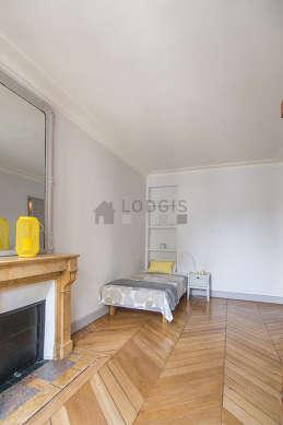 Chambre lumineuse équipée de armoire, commode, table de chevet