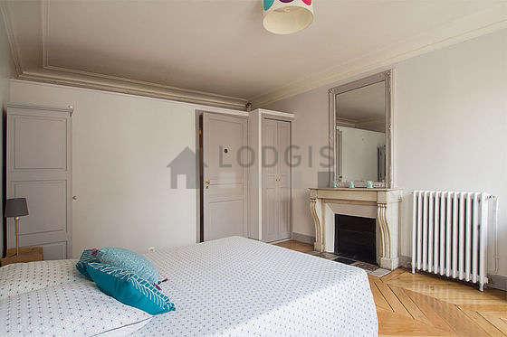 Chambre lumineuse équipée de armoire, commode, placard, table de chevet