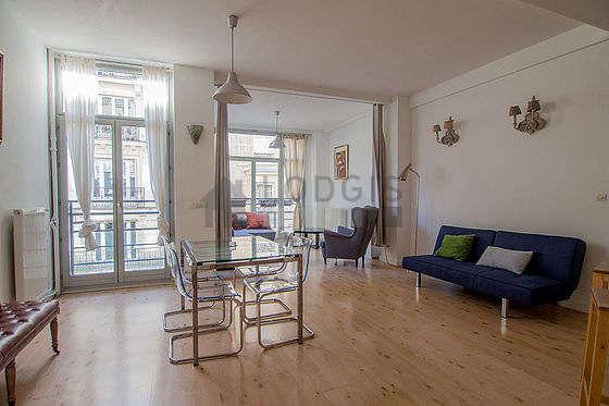 Grand salon de 40m² avec du parquet au sol