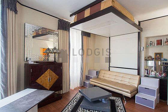Grand salon de 20m² avec du parquet au sol
