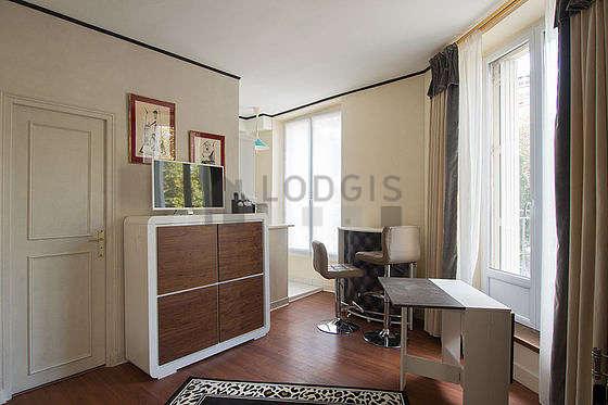 Salon lumineux équipé de placard, 1 chaise(s)