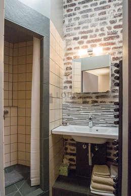 Agréable salle de bain avec de l' ardoise au sol