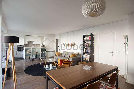 Grand salon de 35m² avec du parquet au sol