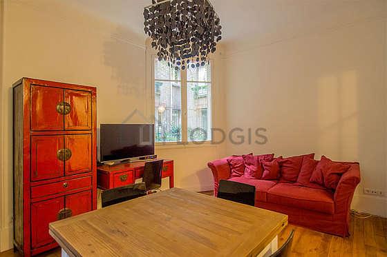 Séjour très calme équipé de téléviseur, armoire, commode, 1 chaise(s)