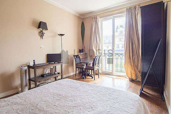 Living room furnished with 1 bed(s) of 140cm, tv, closet, 2 chair(s)