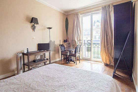 Séjour équipé de 1 lit(s) de 140cm, téléviseur, armoire, 2 chaise(s)
