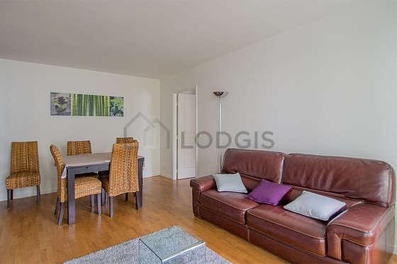 Séjour très calme équipé de canapé, table basse, 6 chaise(s)