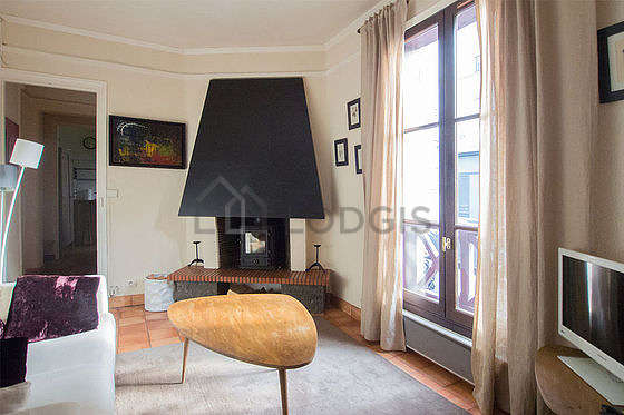 Living room of 9m² with tile floor