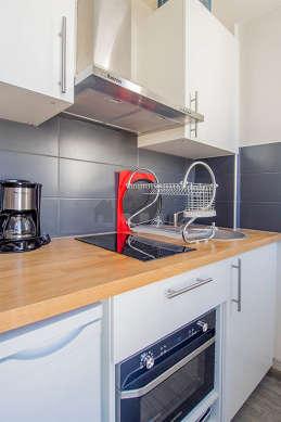 Belle cuisine de 2m²ouverte sur le séjour avec du carrelage au sol