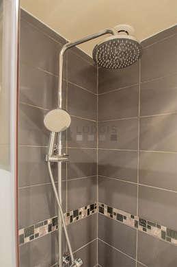 Salle de bain équipée de lave linge, sèche linge, sanibroyeur