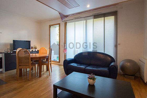 Séjour calme équipé de 1 lit(s) mezzanine de 160cm, canapé, table basse, placard