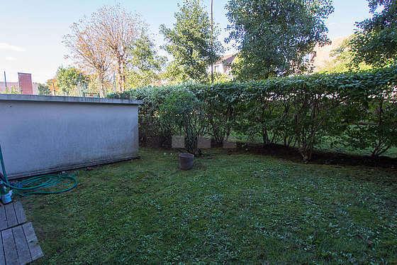 Grande terrasse avec la pelouse au sol