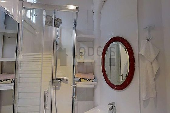 Belle salle de bain claire avec du parquet au sol