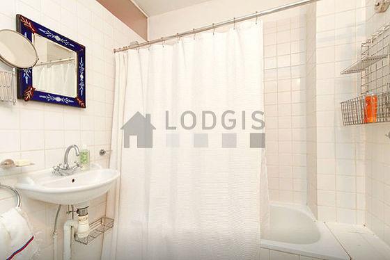 Belle salle de bain claire avec du béton au sol