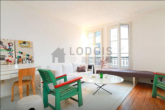 Séjour calme équipé de 1 canapé(s) lit(s) de 140cm, téléviseur, 3 fauteuil(s), 4 chaise(s)
