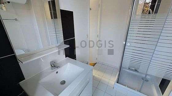Belle salle de bain très claire avec du carrelage au sol