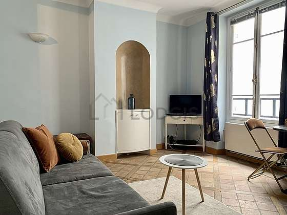 Séjour très calme équipé de 1 canapé(s) lit(s) de 140cm, télé, armoire, 4 chaise(s)