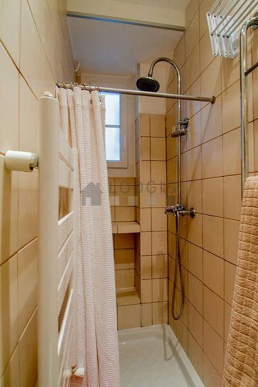 Belle salle de bain claire avec fenêtres double vitrage et de la moquette au sol