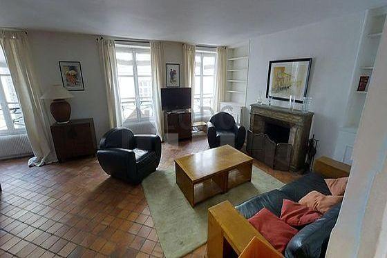 Séjour très calme équipé de 1 canapé(s) lit(s) de 160cm, téléviseur, 2 fauteuil(s), 6 chaise(s)