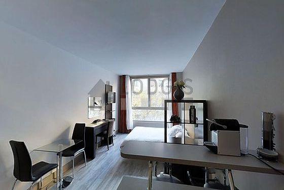 Séjour très calme équipé de 1 lit(s) de 140cm, téléviseur, commode, 1 chaise(s)