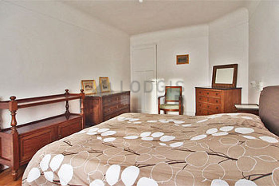 Bedroom of 14m² with its wooden floor