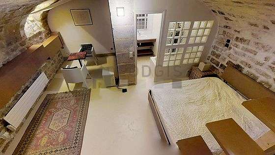 Large bedroom of 20m² with its concrete floor