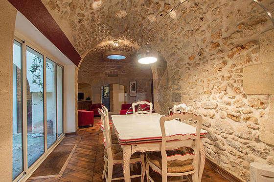 Belle salle à manger avec du parquet au sol pouvant accueillir jusqu'à 5 convives