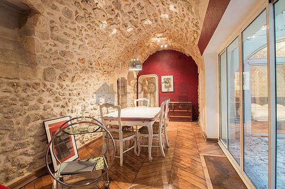 Salle à manger de 17m² équipée de table à manger, pierres apparentes
