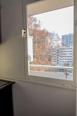 Cusine très lumineuse avec fenêtres