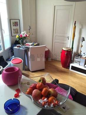 Séjour très calme équipé de téléviseur, chaine hifi, commode, 2 chaise(s)