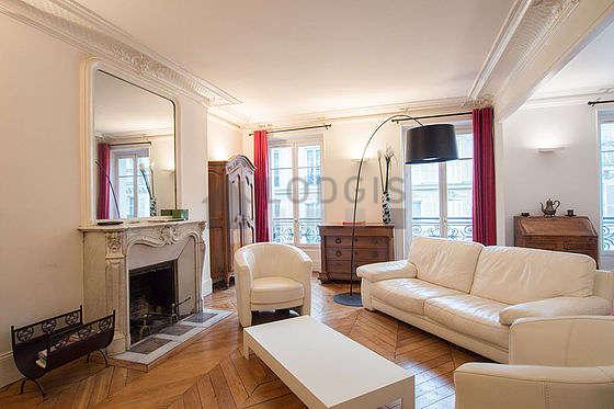 Grand salon de 23m² avec du parquet au sol