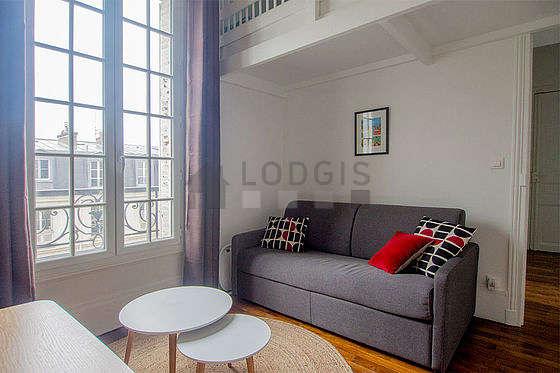 Séjour très calme équipé de 1 canapé(s) lit(s) de 140cm, téléviseur, 1 fauteuil(s), 3 chaise(s)