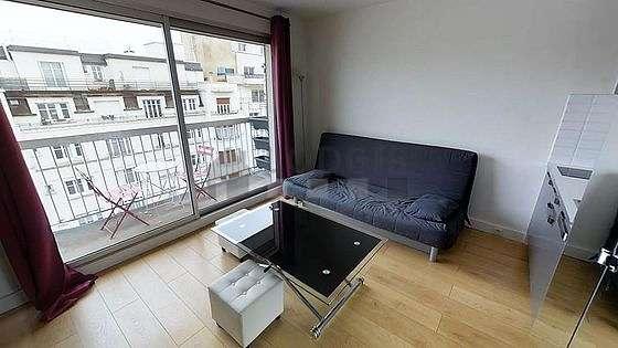 Séjour calme équipé de 1 canapé(s) lit(s) de 160cm, téléviseur, placard, 2 chaise(s)