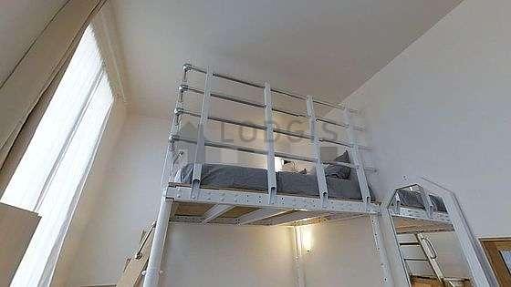 Mezzanine sous belle hauteur de plafond avec du parquet au sol