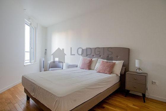 Bedroom of 13m² with its wooden floor