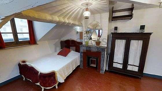 Salon de 10m² avec des tomettes au sol